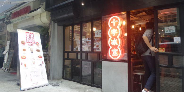 Cross Cafe, tempat makan di High Street, kawasan Sai Ying Pun, Hongkong termasuk tempat yang dikategorikan Cha Chan Teng atau kedai kecil.