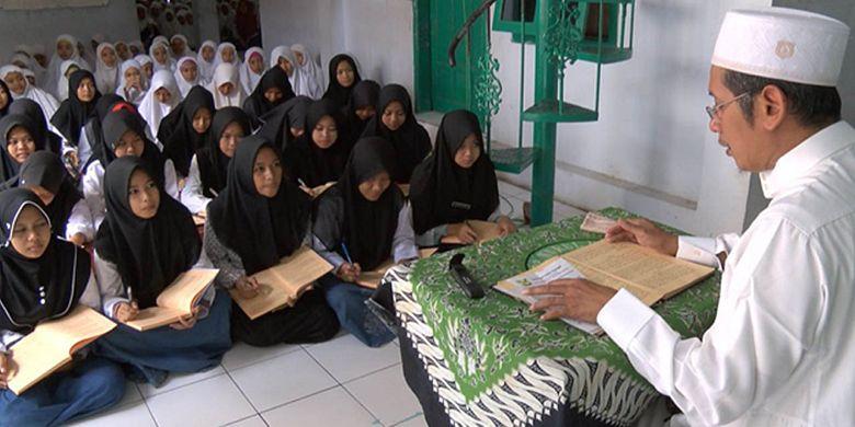 KH Muslikh Khudlori saat mengajarkan ilmu tafsir Al Quran di Pondok Pesantren Nurul Huda Banat, Pekalongan, Jawa Tengah.