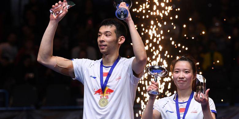 Pasangan ganda campuran China, Lu Kai (kiri)/Huang Yaqiong, merayakankan kemenangan atas wakil Malaysia, Chan Peng Soon/Goh Liu Ying, pada laga final All England di Barclaycard Arena, Birmingham, Minggu (12/3/2017).