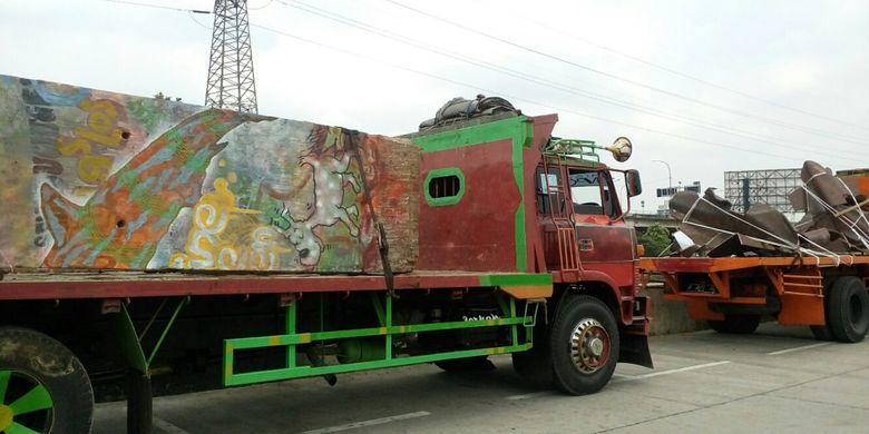 Patung menembus batas pecahan tembok berlin mulai dipasang for Mural kalijodo