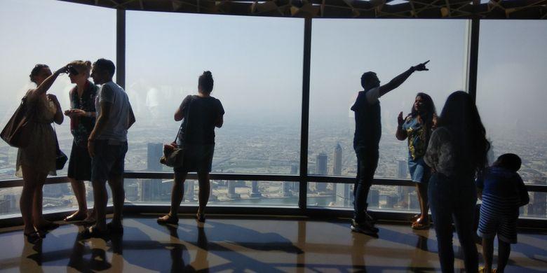 Wisatawan sedang menikmati suasana di lantai 125 Gedung Burj Khalifa, Dubai, Uni Emirates Arab, Kamis (27/10/2017). Burj Khalifa memiliki tinggi 868 meter atau 2.717 meter di atas permukaan laut. Tinggi Burj Khalifa sendiri dua kali lipat Menara Eiffel, Paris dan lebih tinggi dari Gunung Bromo bila diukur dari permukaan laut.