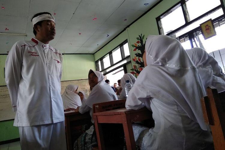 Bupati Purwakarta Dedi Mulyadi menyosialisasikan program baru Kemis Poe Welas Asih atau Kamis Hari Kasih Sayang kepada pelajar di SMPN 5 Purwakarta pada Rabu (6/9/2017).