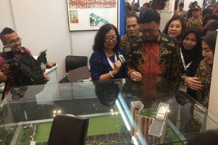 Menteri Dalam Negeri Tjahjo Kumolo meninjau salah satu stand pameran Indonesia Future City di Indonesia Convention and Exibition (ICE) BSD, Tangerang, Kamis (14/9/2017).