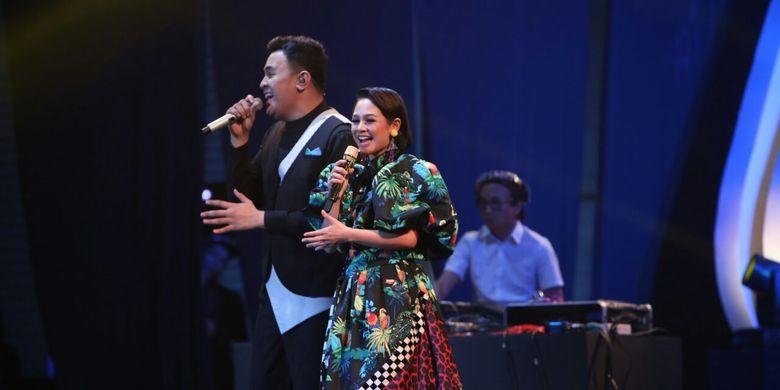 Vokalis Andien berduet dengan rekan seprofesinya, Tulus, di panggung Java Jazz Festival (JJF) 2017, JIExpo Kemayoran, Jakarta Pusat, Jumat (3/3/2017) malam.