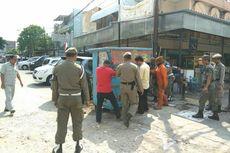 Tertibkan Trotoar di Penjaringan, Satpol PP Kempiskan Ban Motor hingga Sita Meja Kayu