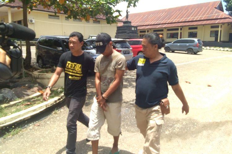 SM (27) seorang warga Kota Baubau, Sulawesi Tenggara, diamankan Satuan Reskrim Polres Kota Baubau, Sabtu (30/9/2017). Ia diamankan karena sengaja menulis ujaran kebencian dalam akun media sosial facebook dengan menyebut warga sebagai PKI.