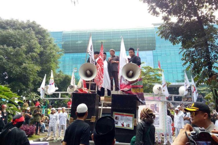 Sejumlah massa pendukung Buniyani melakukan berdoa bersama hingga menyanyikan lagu indonesia raya didepanGedung Dinas Perpustakaan dan Arsip, Jalan Seram, Kota Bandung, Selasa (14/11/2017) pagi.