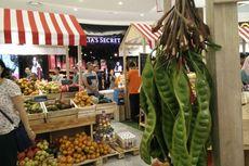 Berbelanja Buah Lokal di Antara Lingerie dan Sneakers