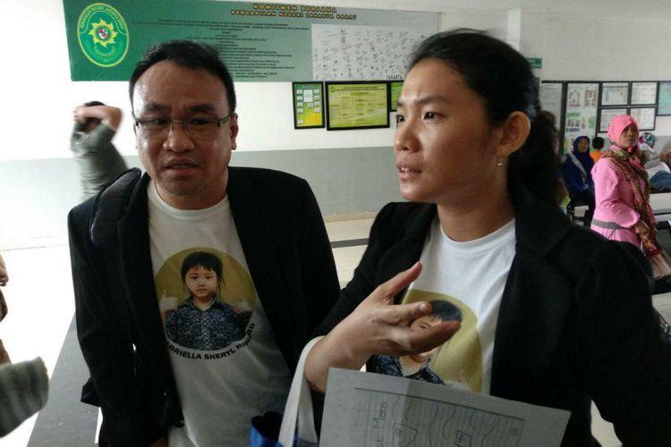 Asip dan Verayanti, orangtua Gabriella Sheryl Howard (8), murid kelas III SD di Global Sevilla School yang meninggal karena tenggelam di sekolah, usai mendengar putusan hakim yang membebaskan sang guru olahraga dari dakwaan di Pengadilan Negeri Jakarta Barat, Selasa (28/11/2017).