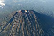 Asap Solfatara Terlihat di Puncak Gunung Agung