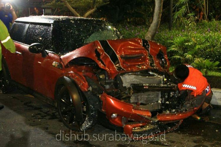 Sedan Mini Cooper yang rusak setelah terlibat dalam kecelakaan yang terjadi di Jalan Ahmad Yani, tepatnya tak jauh dari Taman Pelangi, Surabaya pada Sabtu (23/12/2017)