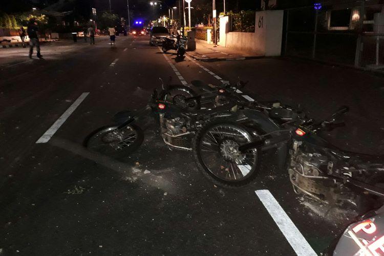 Sepeda motor aparat dirusak saat bentrok aparat dan massa aksi anti-komunis di Jalan Diponegoro, Menteng, Jakarta Pusat. Senin (18/9/2017)
