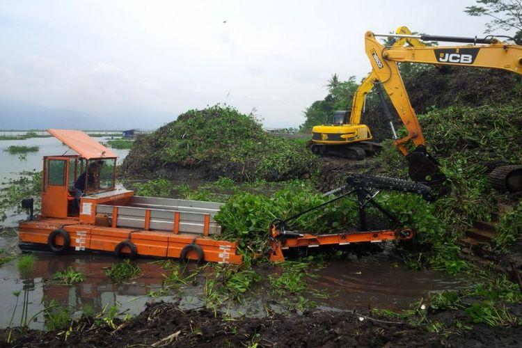 Proses pembersihan eceng gondok Rawapening di dermaga Sumurup, desa Asinan, Bawen, Kabupaten Semarang, Jumat (7/4/2017).