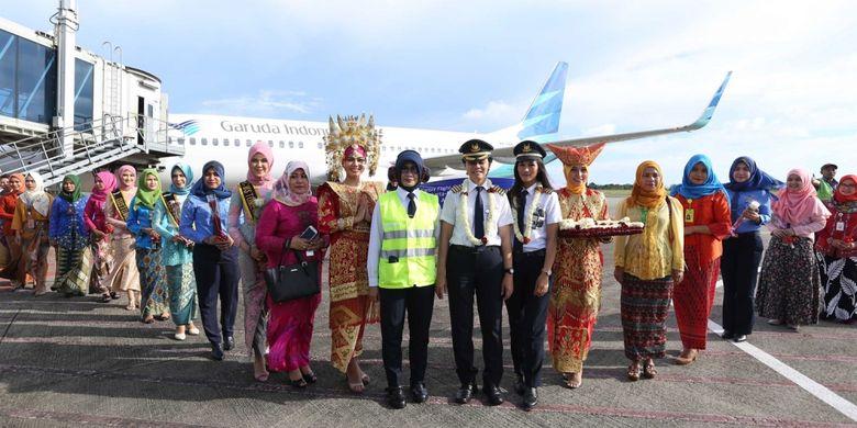 Suasana penyambutan kedatangan Captain Pilot maskapai Garuda Indonesia Ida Fiqriah saat tiba di Bandara Minangkabau Padang, Sumatera Barat, Jumat (21/4/2017). Garuda Indonesia menggelar Kartini Flight dalam rangka menyambut Hari Kartini, seluruh petugas penerbangan dari Pilot, Pramugari hingga teknisi adalah perempuan.