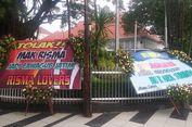 Karangan Bunga Tolak Risma Jadi Cawagub Jatim Berdatangan ke Rumah Dinas