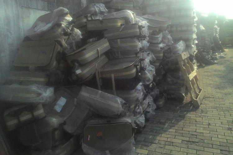 Tumpukan barang-barang logistik milik perusahaan biro perjalanan umrah First Travel yang berlokasi di Cimanggis, Depok pada Jumat (8/9/2017) siang.
