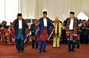 Berita Foto: Ekspresi Jokowi Saat Manortor di Pesta Adat Kahiyang-Bobby