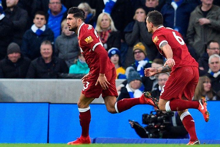 Gelandang Liverpool FC, Emre Can (kiri), merayakan gol yang dia cetak ke gawang Brighton & Hove Albion dalam laga Liga Inggris di Stadion Amex, Brighton, Sabtu (2/122017).