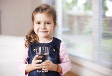Tips Agar Anak Rutin Minum Air Putih