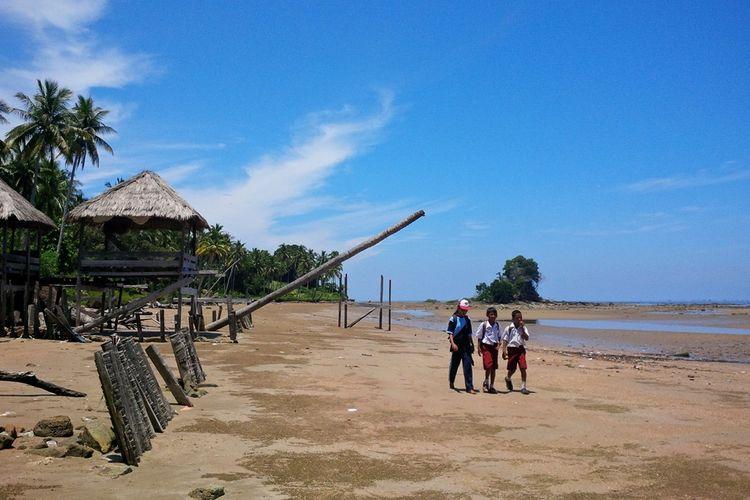 Sejumlah siswa SD 001 Sebatik dari Kamlung Sugai batang yang berjalan 7 kilometer untuk menuju sekolah mereka. Kampung mereka yang terisolir membuat puluhan siswa dari Kampung Sungai Batang hanya memiliki akses jalan  melalui pantai menuju sekolah.