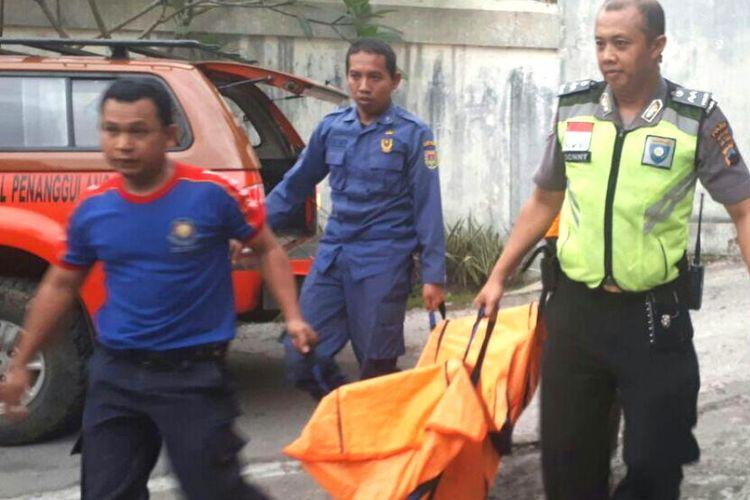 Proses evakuasi salah satu korban kecelakaan air di Sungai Progo, Dusun Jati, Desa Kalinegoro, Kecamatan Mertoyudan, Kabupaten Magelang, Jawa Tengah, Rabu (6/12/2017) sore. Sedangkan dua korban lainnya sedang dalam pencarian.
