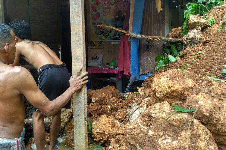 Sebuah rumah warga di kawasan Batu Gajah, Kecamatan Sirimau Ambon rusak parah setelah tertimbun longsor, Sabtu dinihari (2/9/2017) Foto Dok Hery Latuheru, Pusdalpos BPBD Maluku