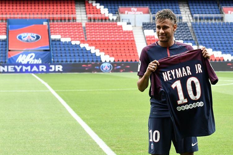 Bintang asal Brasil, Neymar, berpose dengan jersey nomor 10 di klub barunya, Paris Saint-Germain (PSG), dalam acara pekenalan dirinya di Stadion Parc des Princes, Paris, Jumat (4/8/2017). PSG menebus Neymar dari Barcelona dengan harga 222 juta euro (sekitar Rp 3,4 triliun), yang membuatnya pemain termahal di dunia.