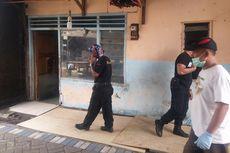 Pasukan Linmas Surabaya Berburu Tikus di Rumah Warga