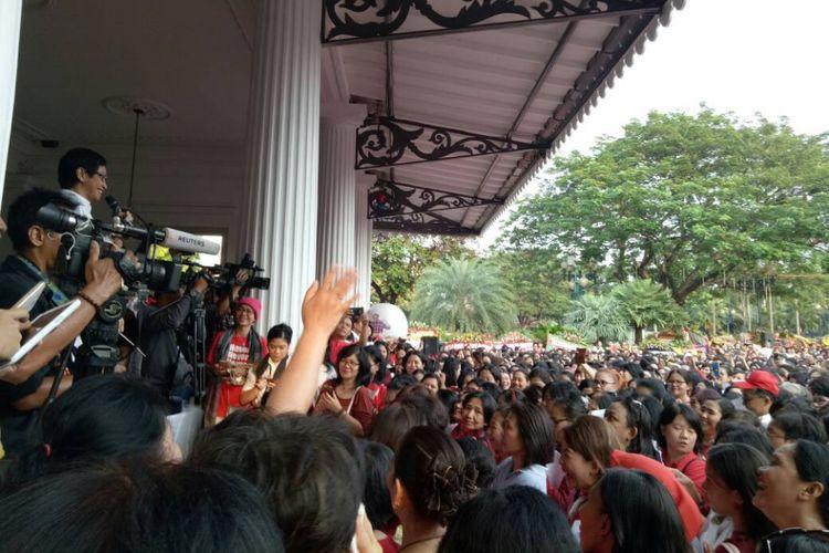Addie MS memimpin ratusan orang berlatih sebelum menyanyikan beberapa lagu di Balai Kota Jakarta, Jakarta Pusat, pada Rabu (10/5/2017) pagi.