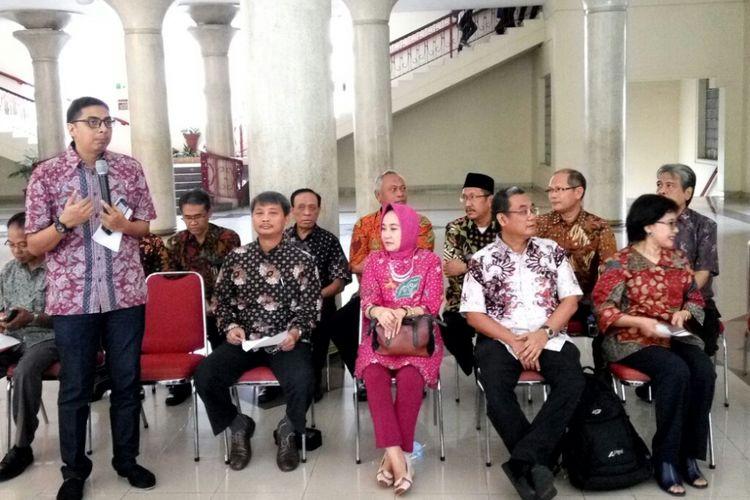 Dosen UGM saat jumpa pers di Balairung untuk menyampaikan pernyataan sikap menolak angket KPK.