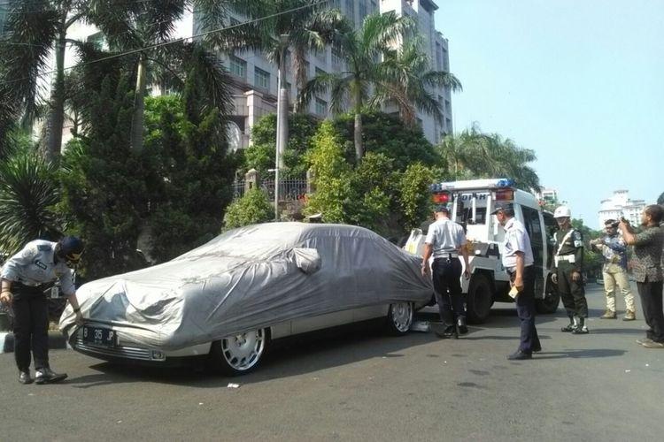 Sebuah mobil Mercedes-Benz di Jalan Nipah diderek Suku Dinas Perhubungan Jakarta Selatan, Jumat (8/9/2017)