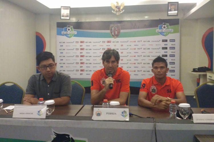 Pelatih Persija, Stefano Cugurra (tengah), saat memberikan keterangan pers menjelang pertandingan menghadapi Bali United.