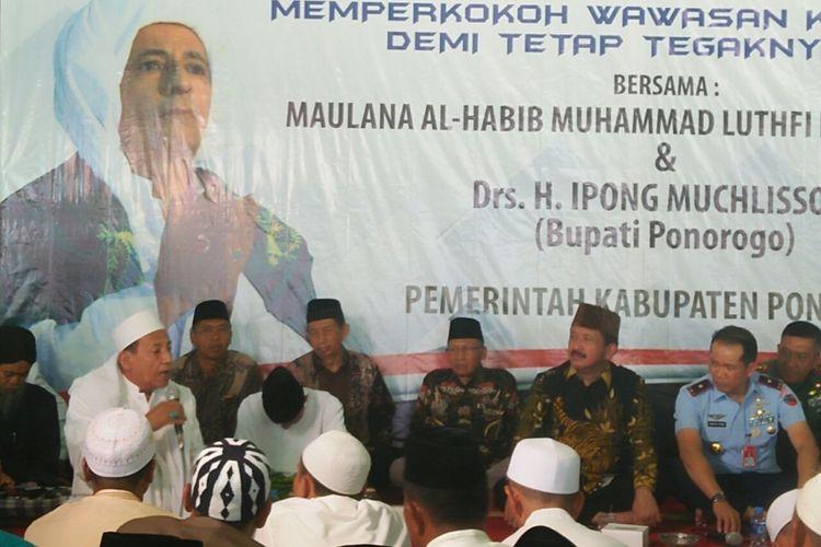 Rais Am Jamiyah Ahlu Tariqah Al Mutabarah an Nahdiyah, Maulana Habib Muhammad Luthfi bin Yahya atau Habib Luthfi menjadi narasumber di acara Dialog Kebangsaan di Pendapa Pemkab Ponorogo, Kamis (12/10/2017).