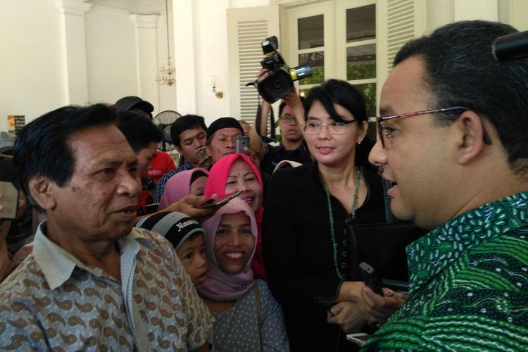 Gubernur DKI Jakarta Anies Baswedan bersama warga Bukit Duri di Balai Kota DKI Jakarta, Jumat (27/10/2017).