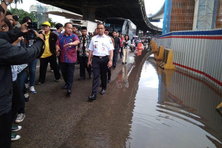 Gubernur DKI Jakarta pantau genangan air di jalan Panjaitan, Jakarta Timur, Kamis (14/12/2017)