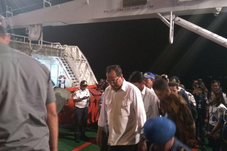 Menteri Perhubungan Budi Karya Sumadi saat meninjau kegiatan mudik menjelang Natal di pelabuhan Ambon, Kamis (21/12/2017).