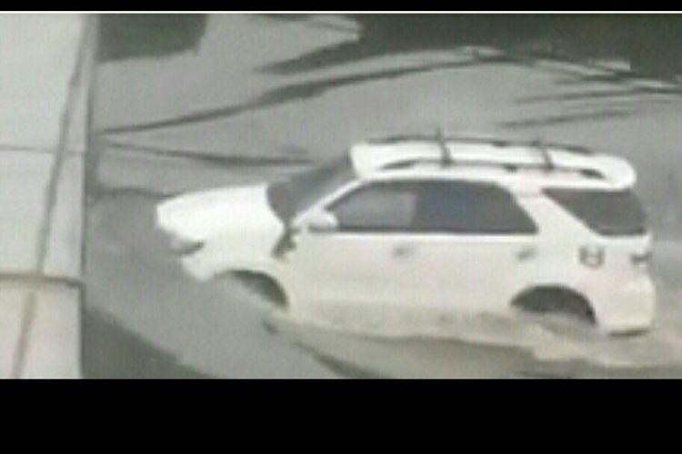 Potongan video yang memperlihatkan sebuah mobil jenis SUV yang tetap jalan meski di tengah banjir.