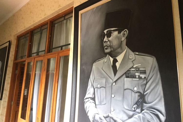 Berbeda dengan kantor-kantor pada umumnya, bangunan ini menyuguhkan banyak lukisan, mulai pemimpin Indonesia sampai pemimpin dunia. Lukisan Soekarno, Bung Hatta, Soeharto, BJ Habibie, Gus Dur, Jenderal Soedirman, hingga M. Jusuf terpampang di sini.