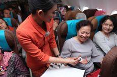 Garuda Indonesia Bagi-Bagi Cokelat saat ''Kartini Flight''
