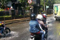 Pipa Bocor, Air PAM Genangi Jalan Raya Bogor di Pasar Rebo