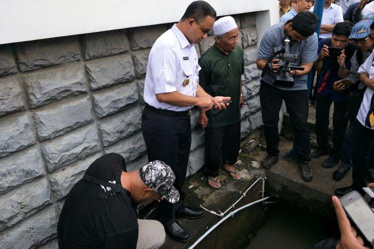 Gubernur DKI Jakarta Anies Baswedan melihat kondisi Jalan Rasuna Said yang sempat tergenang air, Rabu (13/12/2017).