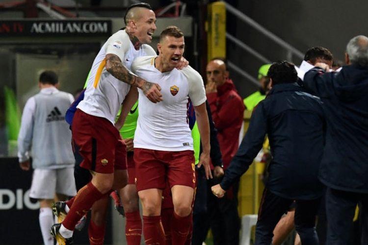 Radja Nainggolan merayakan gol Edin Dzeko ke gawang tuan rumah saat AS Roma menang atas AC Milan di San Siro, Minggu (1/10/2017).