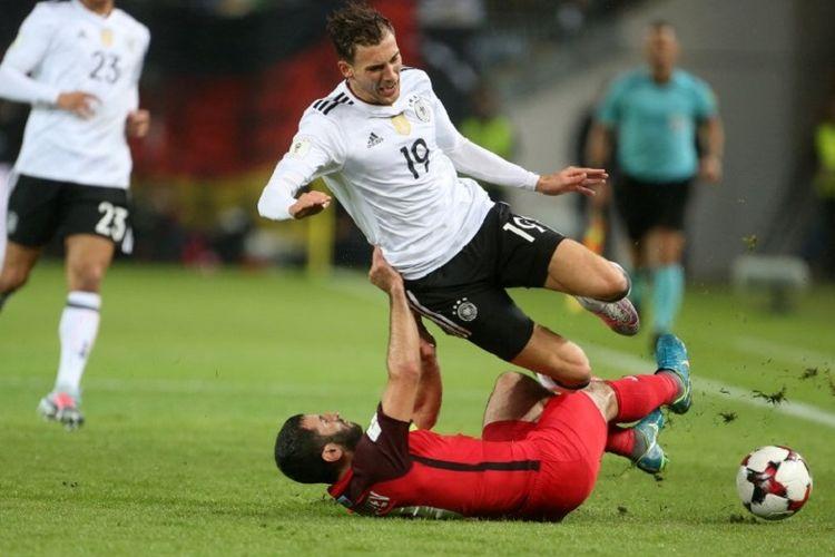 Pemain Azerbaijan, Rahid Amirguliyev, mengganjal gelandang timnas Jerman, Leon Goretzka, pada pertandingan kualifikasi Piala Dunia 2018 di Stadion Fritz Walter, Minggu (8/10/2017).