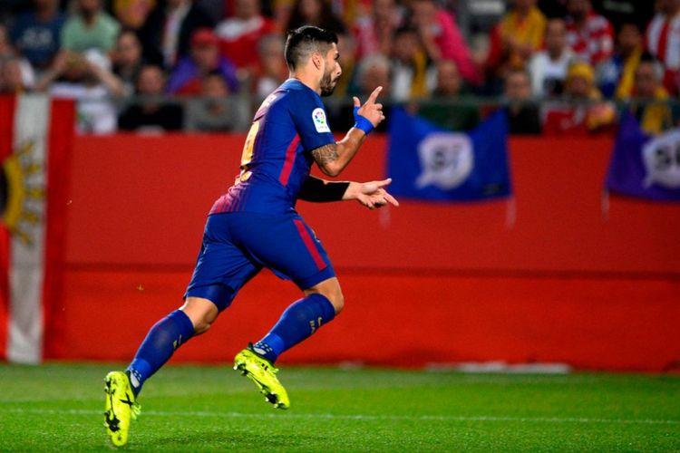 Luis Suarez melakukan selebrasi ala penembak, sesuai julukannya El Pistolero, saat Barcelona menang di kandang Girona, Sabtu (23/9/2017).