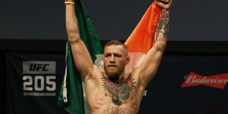 Petarung UFC, Conor McGregor, sedang berjalan menuju arena pertandingan sambil membawa bendera Republik Irlandia, di Madison Square Garden, New York, Amerika Serikat, 10 November 2016.