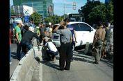 Mobil Pribadi Tabrak Separator Busway Koridor 6