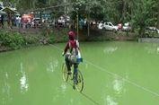 Cara Lain Ngabuburit, Bersepeda di Atas Tali Melintasi Danau