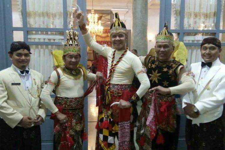 Gubernur Jawa Tengah (tengah) Ganjar Pranowo mengenakan kostum (cosplay) salah satu tokoh pewayangan Werkudara, dalam parade budaya pembuyaan Festival Serayu Banjarnegara Rabu malam (23/8/2017). Bupati dan Wakil Bupati Banjarnegara pun tak ketinggalan mengenakan kostum tokoh pewayangan.