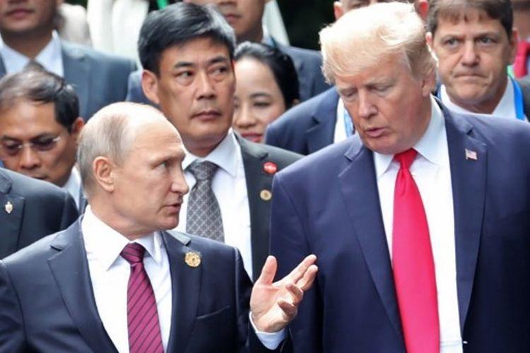 Presiden AS Donald Trump (kanan) bersama Presiden Rusia Vladimir Putin saat menghadiri konferensi APEC di Danang, Vietnam.