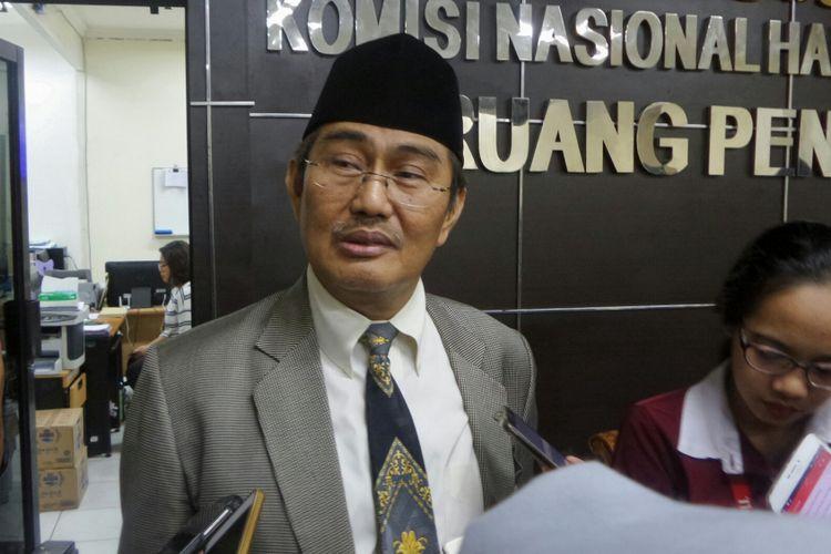 Ketua Panitia Seleksi (Pansel) Calon Anggota Komnas HAM Periode 2017-2022 Jimly Asshiddiqie saat mengumumkan 14 nama yang lolos dalam seleksi tahap akhir di kantor Komnas HAM, Menteng, Jakarta Pusat, Rabu (2/8/2017).